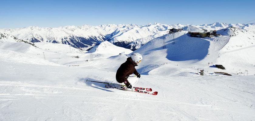 Switzerland_Graubünden-Ski-Region_Davos_Skier-piste-action.jpg